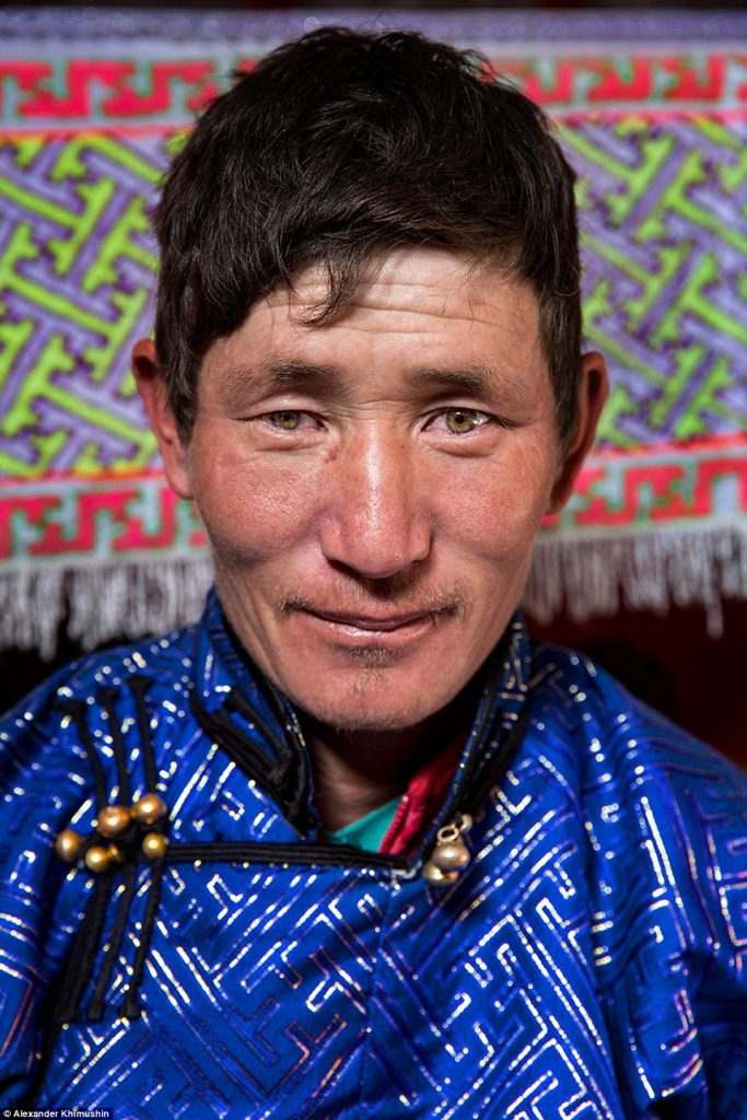 33F850F800000578-3580311-A_Mongolian_nomad_man_from_Tavan_Bogd_wears_a_beautifully_crafte-a-5_1462773024528