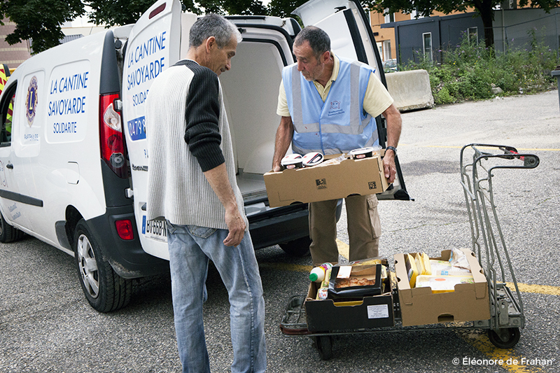 Pierre, bénévole, fait la tournée pour récupérer les aliments: Boulangers, maison de retraite, restau du coeur...