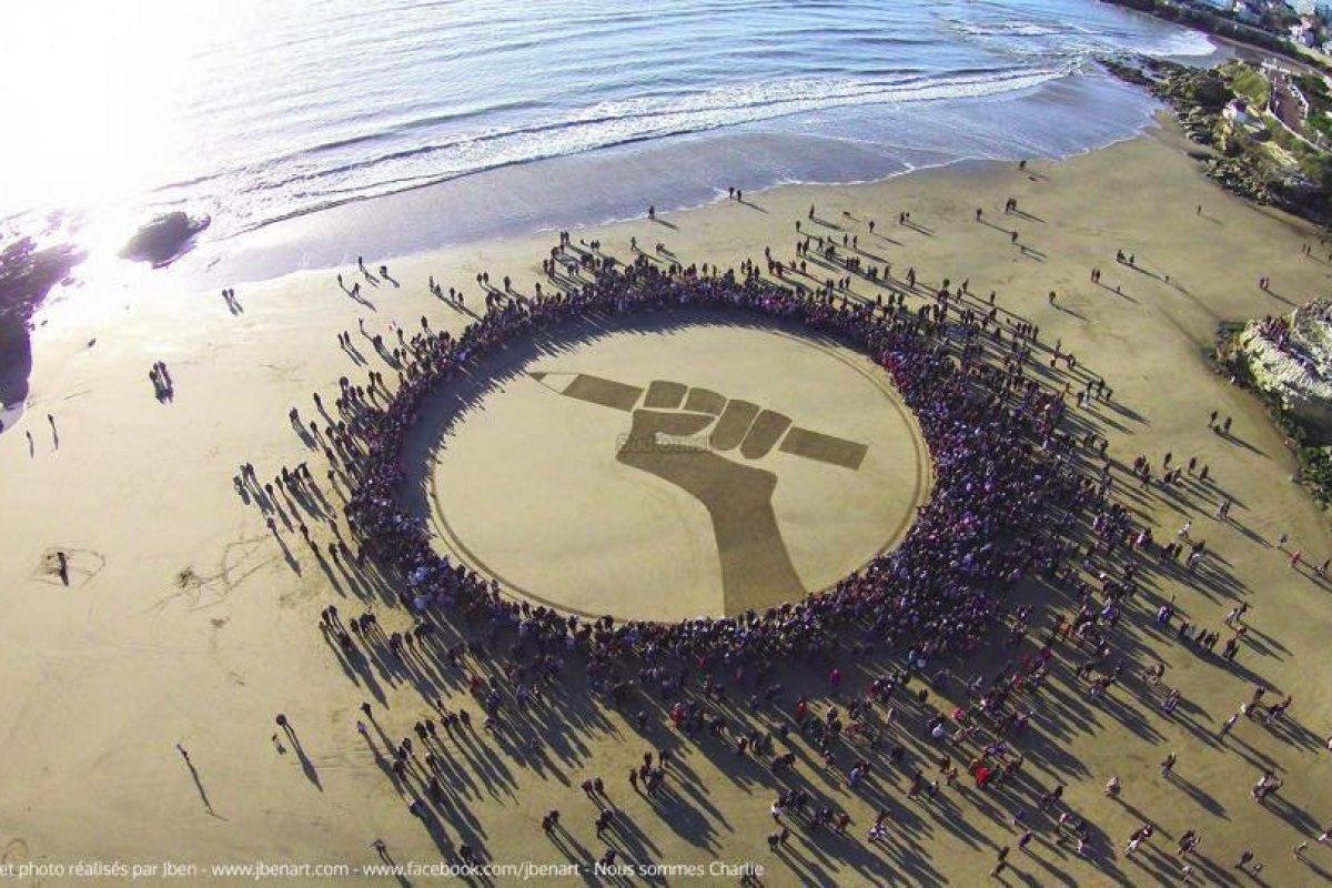 Un message de liberté dessiné sur la plage de Royan - Faire vivre l'esprit du 11 janvier