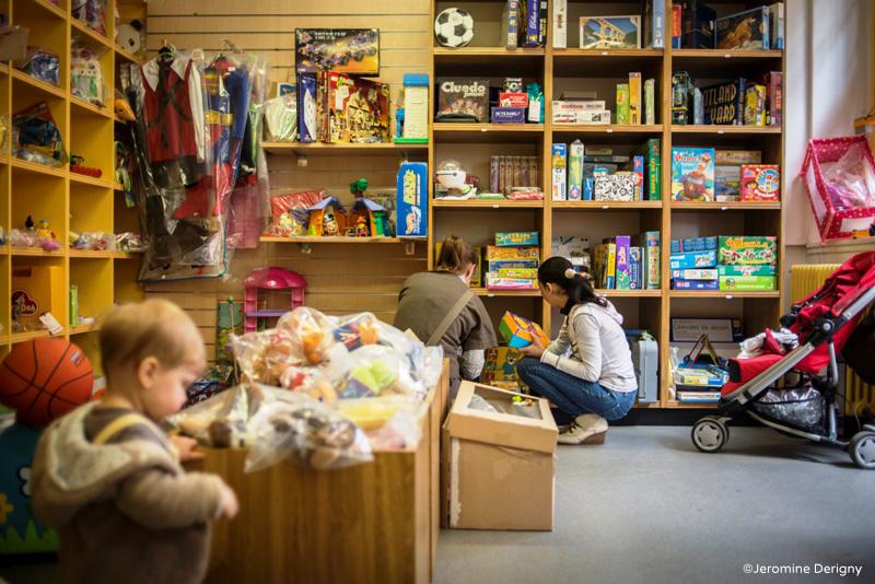 Boutique de l'association Rejoue. Revaolrisation de jouets d'occ