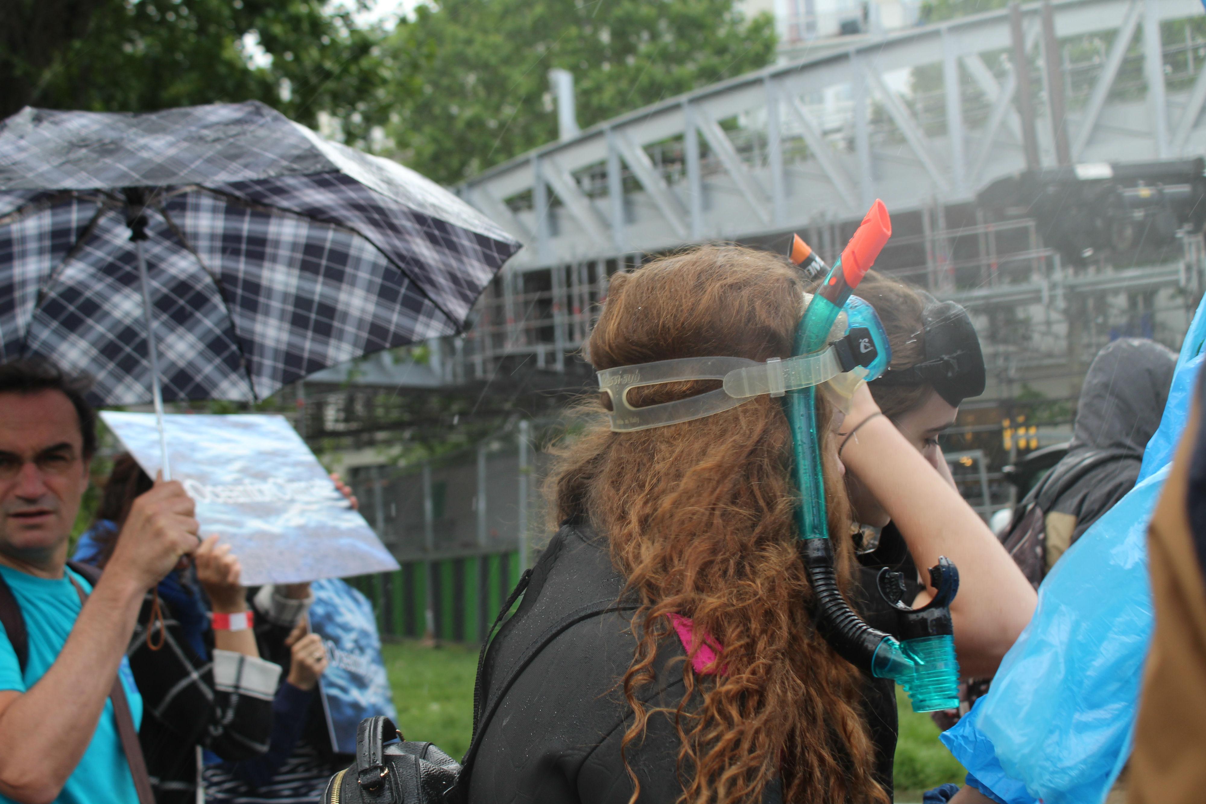 Malgré la pluie, des manifestantes avaient sorti le tuba et la combinaison de plongée / ©Cypriane El-Chami