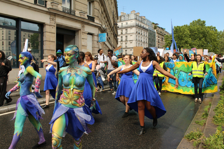 La troupe de danseuses, dont les sirènes menaient le cortège sur le canal Saint-Martin / ©Cypriane El-Chami