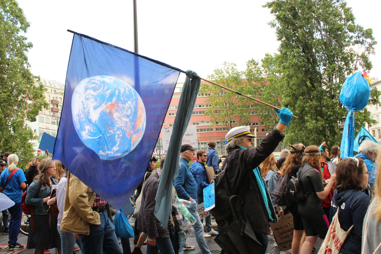 ... ainsi qu'un capitaine de bord brandissant un drapeau de la planète bleue / ©Cypriane El-Chami