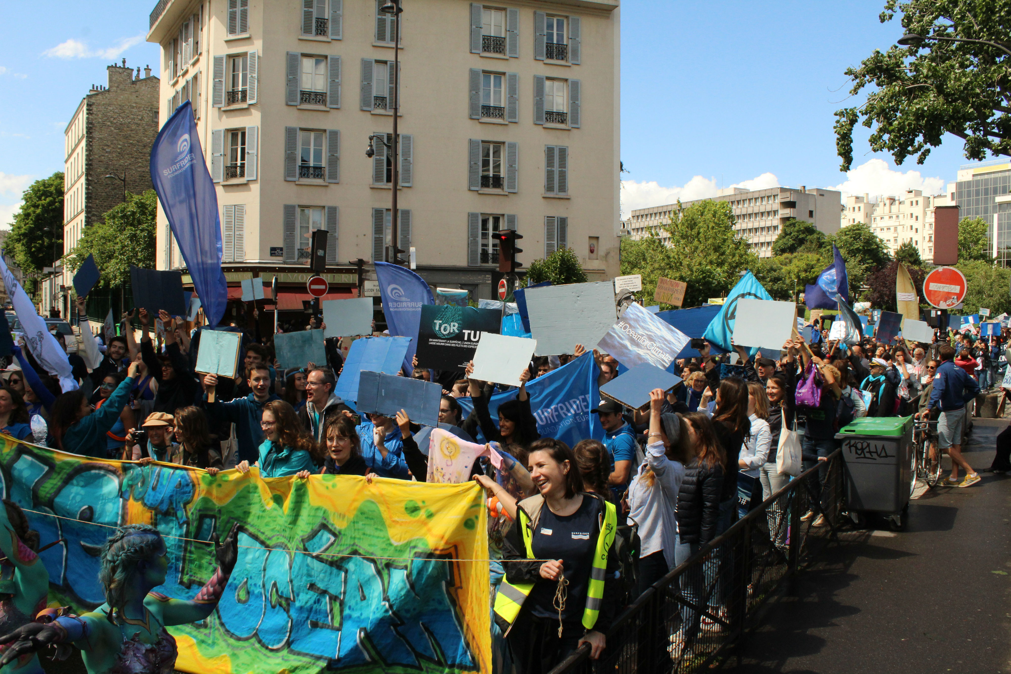Trois vagues bleues ont été formées par les manifestant.e.s, qui brandissaient des pancartes bleues / ©Cypriane El-Chami