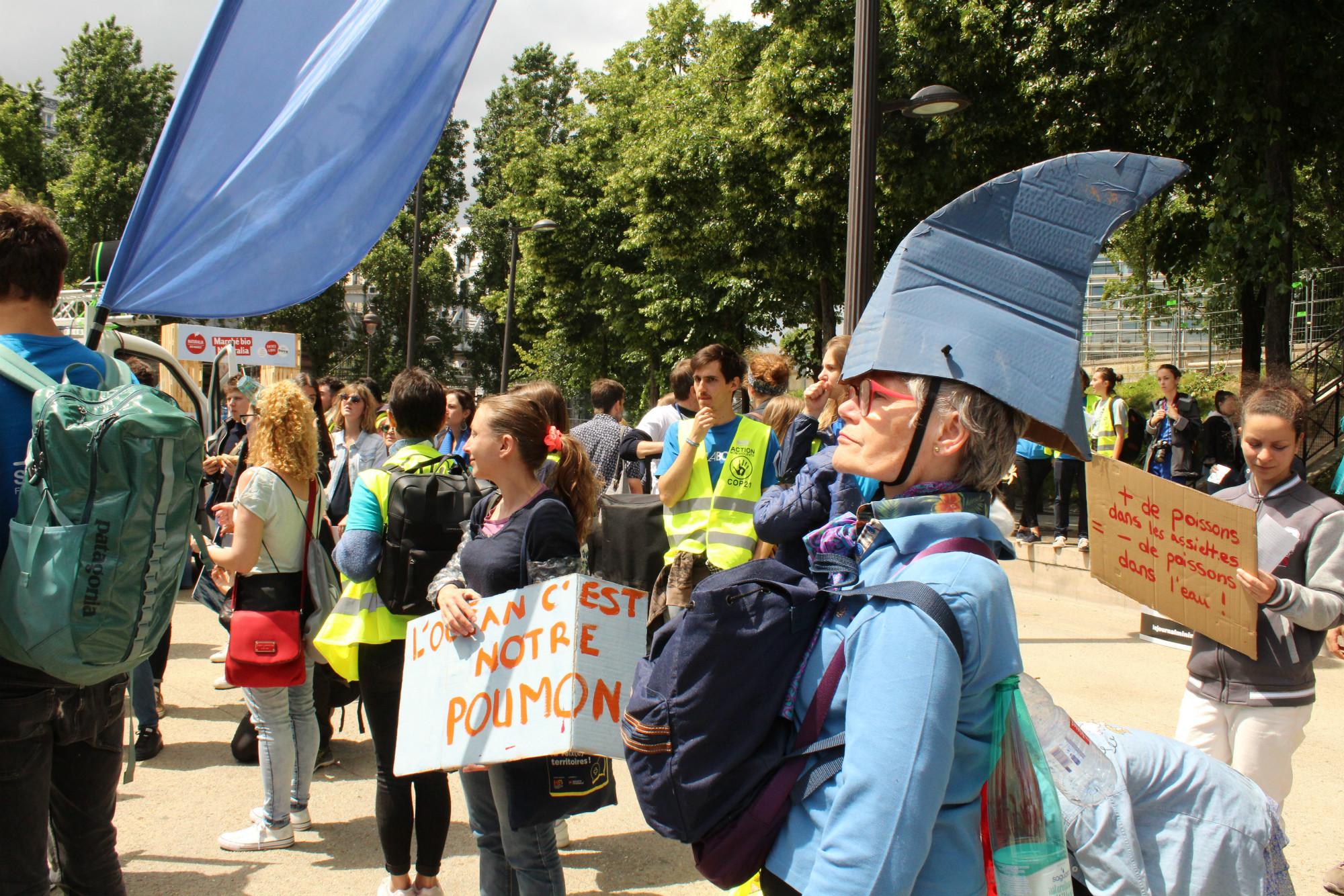 Des chapeaux en forme de nageoire de requins étaient distribués par les ONG organisatrices de la Marche pour l'Océan / ©Cypriane El-Chami