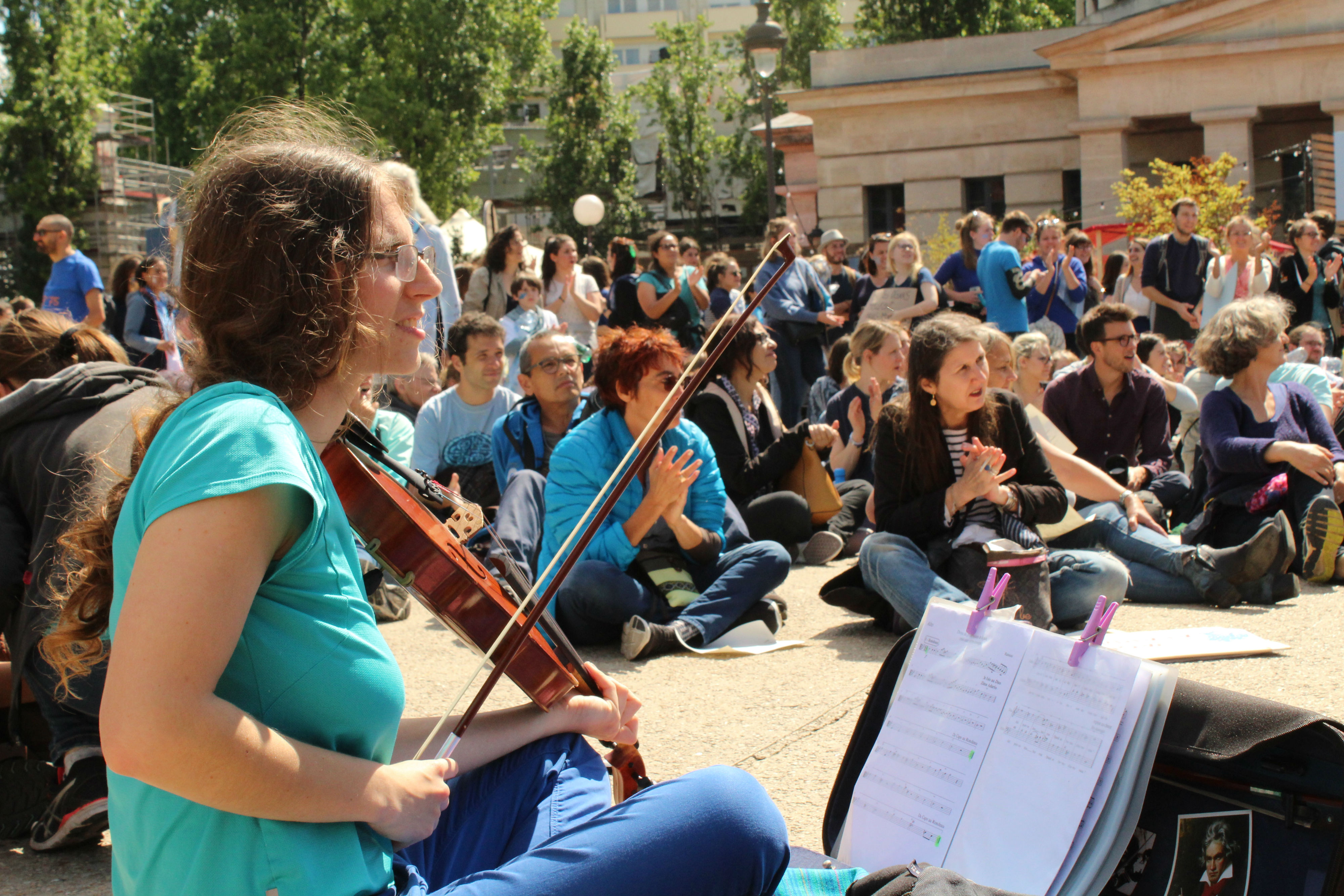 Après la Marche, les manifestant.e.s se sont retrouvé.e.s place de la Bataille-de-Stalingrad pour assister à un concert de l'Orchestre Debout / ©Cypriane El-Chami
