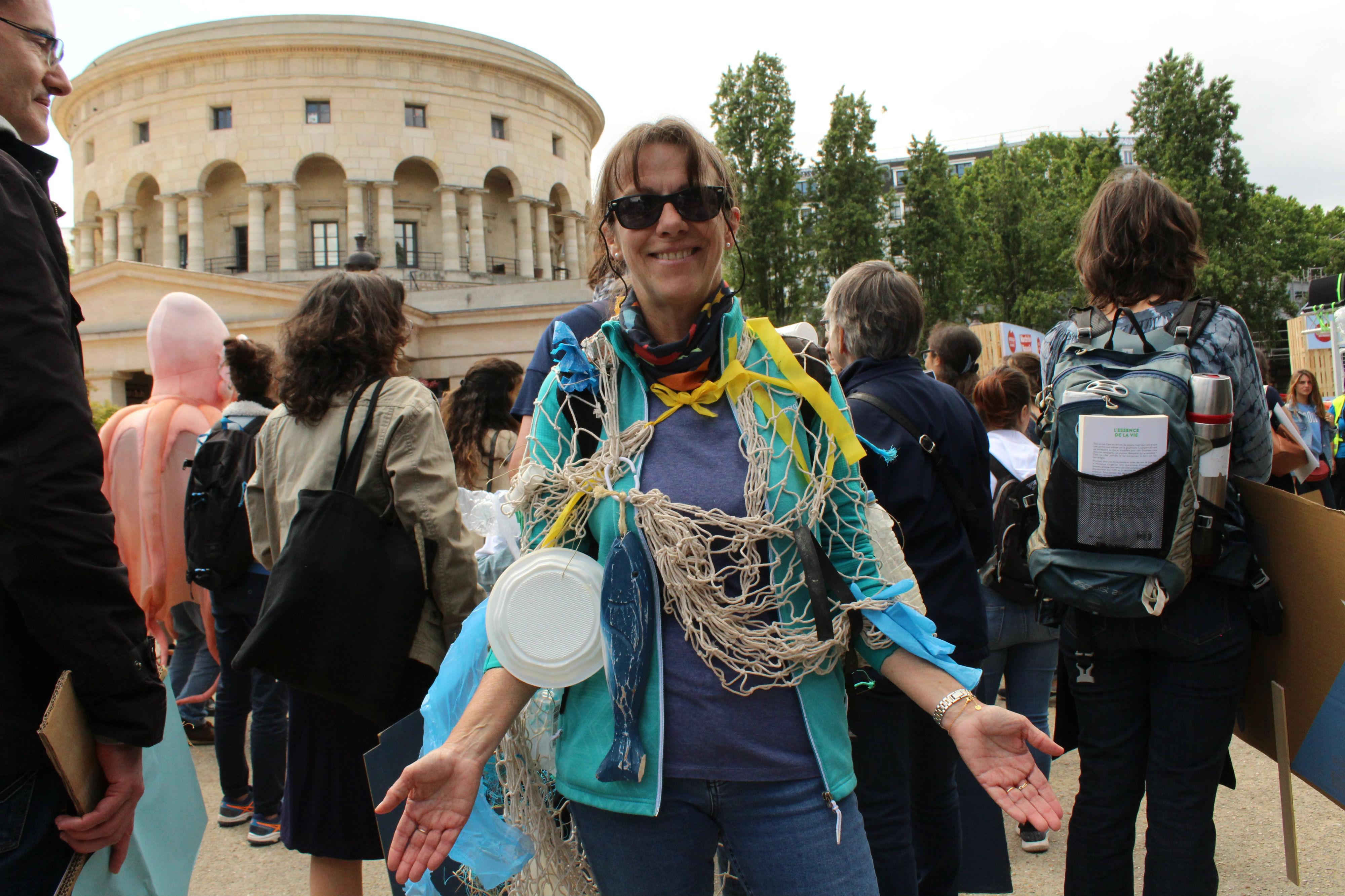 Pour dénoncer la pollution des océans, des manifestant.e.s portaient des déchets en plastique par-dessus leur vêtements / ©Cypriane El-Chami