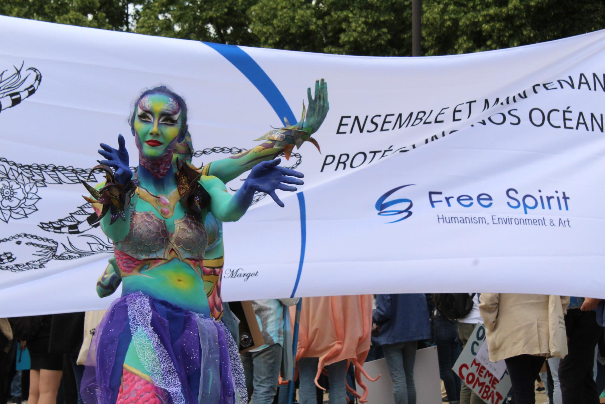 En amont de la Marche, une performance dansée a été présentée par des danseuses maquillées en sirènes / ©Cypriane El-Chami