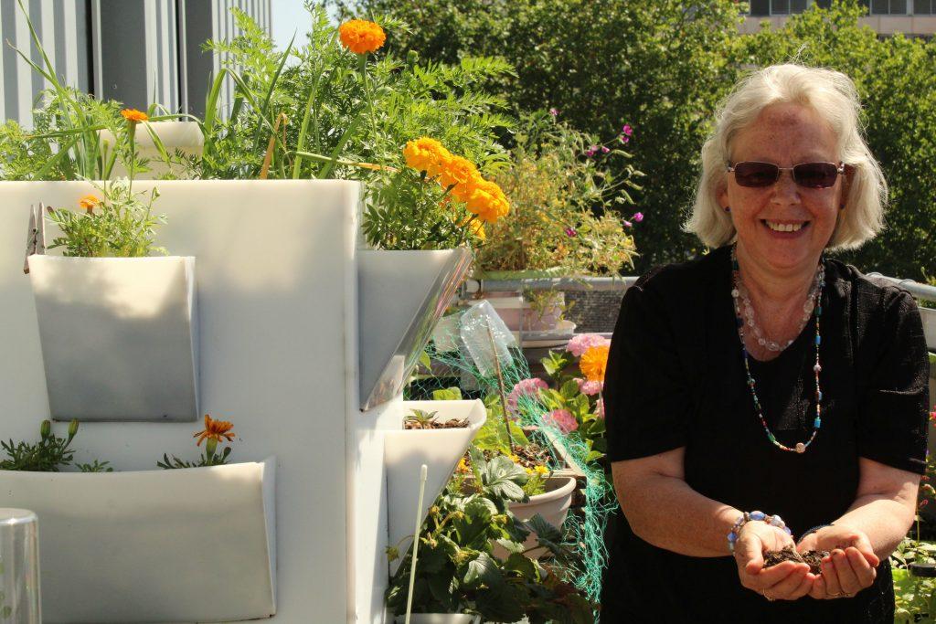 La tour potagère d'Andrée trône sur son balcon et produit du compost pour tout son jardin ! / ©Cypriane El-Chami