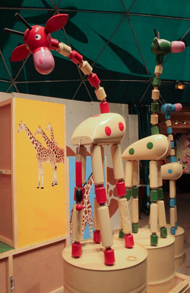 Pour réaliser ces œuvres, les street-artistes ont souvent utilisé des matériaux récupérés. Ici, les girafes de Mosko sont réalisées à partir de bombes de peintures / © Cypriane El-Chami