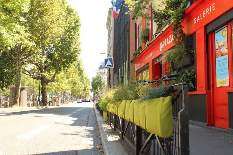 Ici, la devanture d'une librairie est sublimée grâce à ces permis de végétaliser sur les barrières ! / © Cypriane El-Chami