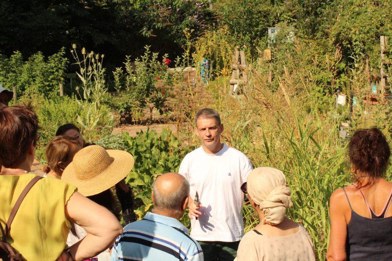 Depuis le potager de la Maison du Jardinage, Franck donne des conseils à ses jardiniers en herbe / © Cypriane El-Chami