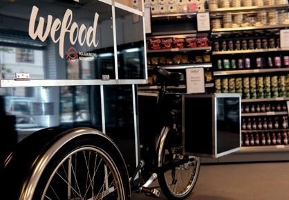 Pour aller récupérer des petites quantités d'aliments, les bénévoles utilisent le vélo Wefood à la place du camion. Il est équipé d'un mini-frigo pour le transport des surgelés. / ©Pascale Sury
