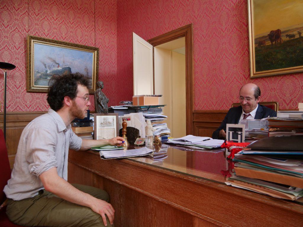 Ulysse Blau à la rencontre du maire de Honfleur. Dans le cadre de son étude « La route en commune », le même questionnaire a été posé à 64 maires du Calvados. / Crédits : Ulysse Blau