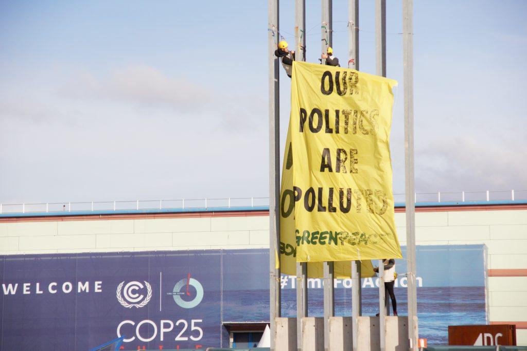 Action de Greenpeace devant l'IFEMA de Madrid, où se tenait la COP25, vendredi 13 décembre, jour prévu de la fin de la COP 2