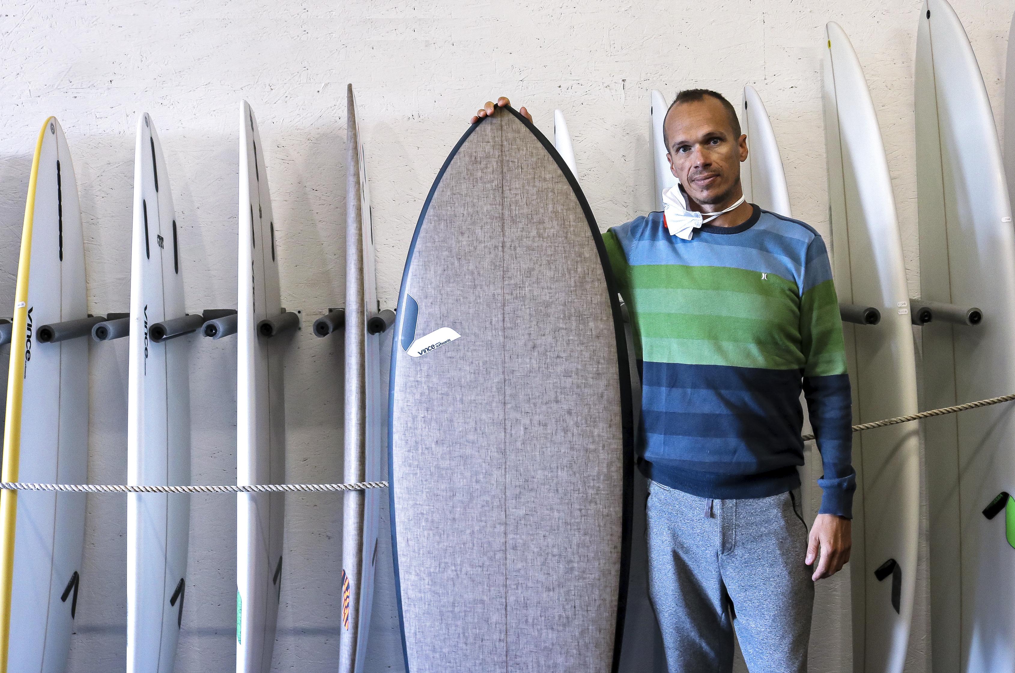 François-Xavier dans son atelier, à Quiberon, avec l'une de ses planches éco-certifiées.