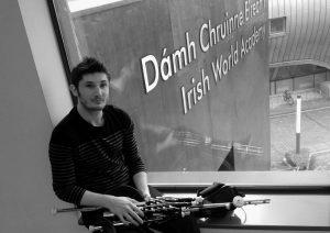 Yoann An Nedeleg et sa cornemuse irlandaise, en 2014 à l'Université de Limerick.