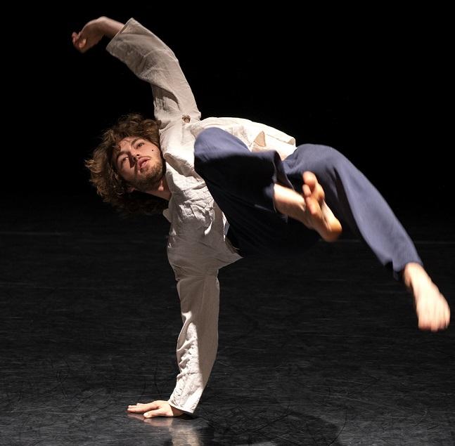 Jon Vernier a découvert la danse contemporaine après avoir pratiqué la danse traditionnelle basque, une langue de France. ©Marc Domage