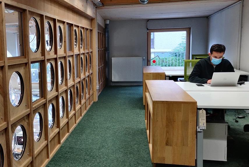 Les vitres de lave-linge permettent de créer une lumière supplémentaire dans cet espace de travail. ©Kaizen