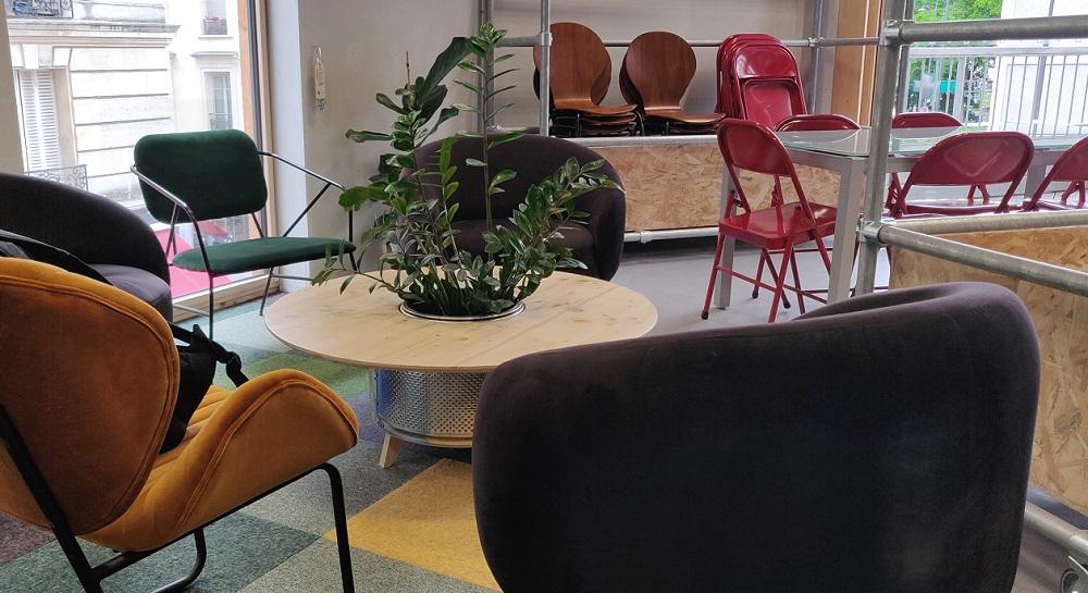 Au deuxième étage d'Envie Le Labo, des chaises récupérées, un table basse en tambour de lave-linge et des chutes de moquettes disparates. ©Kaizen