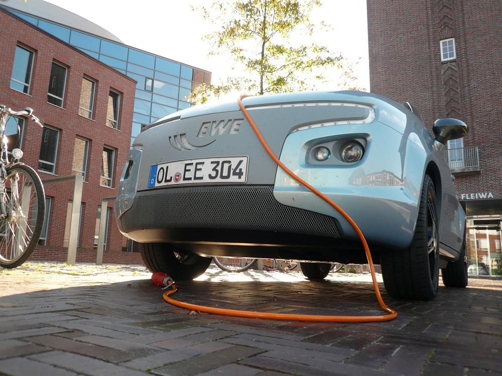 Une voiture électrique en charge : 111 000 ont été vendues en France en 2020, soit un augmentation de 119%.
