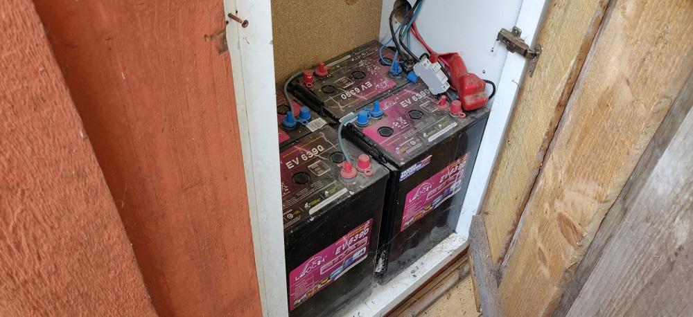 Les quatre batteries des panneaux solaires permettent d'assurer l'apport en électricité même en hiver. © Kaizen magazine