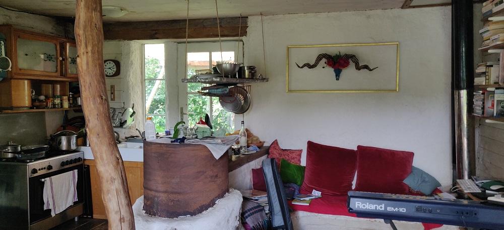 Le poêle dragon, au centre du salon, chauffe l'ensemble de la maison via le conduit, à droite. © Kaizen magazine