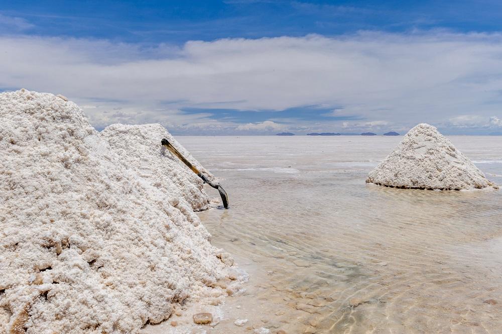 Dans le Salar d'Uyuni, en Bolivie, le litihium contenu dans le lac fossilisé est exploité, au mépris de l'environnement, contrairement à la culture manuel et ancestrale du sel.