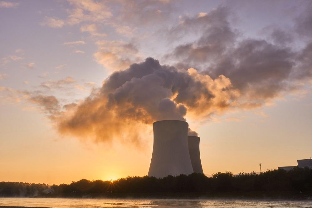 Contrairement aux idées reçues, une centrale nucléaire n'émet pas de carbone directement en fonctionnement, mais créé des déchets nucléaires, ainsi que du carbone lors de l'extraction d'uranium et pendant sa construction, son démantèlement.